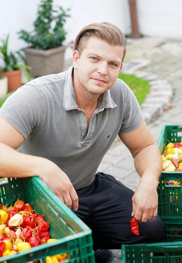 Martin Pokorney mit Chili in der Hand